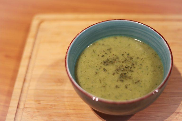 Zelfgemaakte broccoli- courgette soep